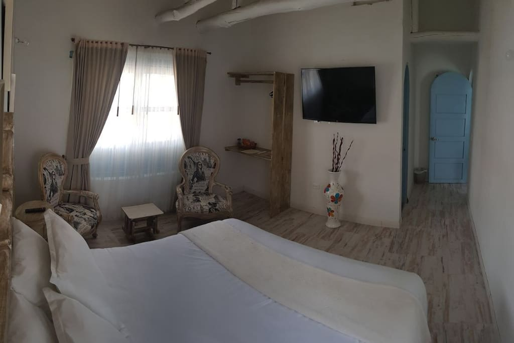 Habitación: Plaza Mayor  Nuestra habitación nupcial para amantes del buen estilo británico, es amplia posee una cama queen, y con vista a la mini- terraza de nuestro establecimiento. posee baño privado con tina compartida con la ducha, para acompañar a nuestros invitados con el mejor baño romántico de espuma. Atrevida, codiciable, exclusiva. Capacidad: 2 personas. Room: Plaza Mayor Our bridal room for lovers of good British style, is spacious has a queen bed, and overlooking the mini-terrace of our establishment. has a private bathroom with shared tub with shower, to accompany our guests with the best romantic foam bath. Daring, covetable, exclusive. Capacity: 2 people.