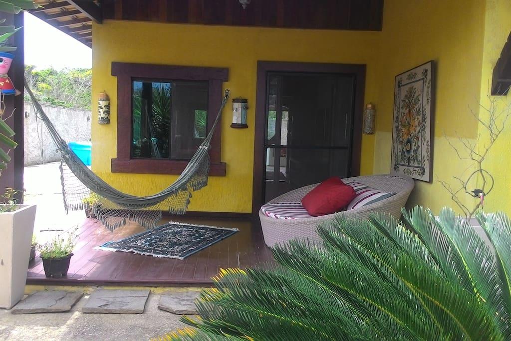 varanda com rede e sofá concha