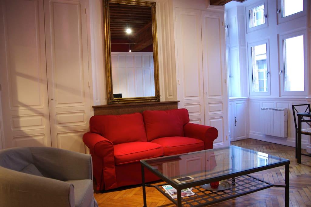 Salon.  Parquet, poutres alliant charme de l'ancien et modernité.