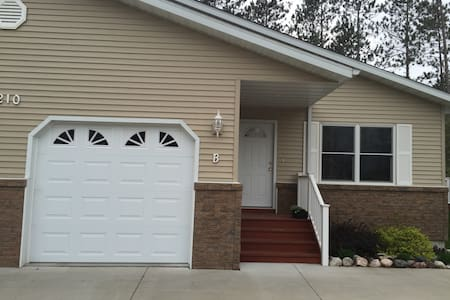 Condo near golf / miles from Clare - Clare - Lejlighed