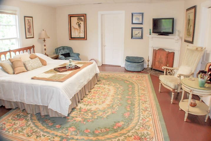Vaiden Inn - King & Queen 2-Room Suite