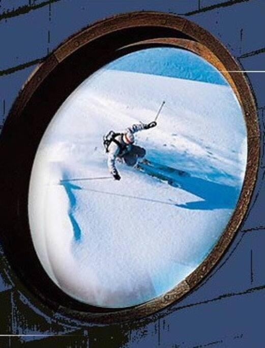 Les skieurs rentrent skis aux pieds jusque devant leur logement.