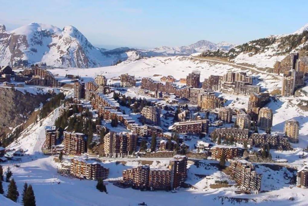 Village intégré dans la montagne. Prix de l'Architecture du XXIème siècle
