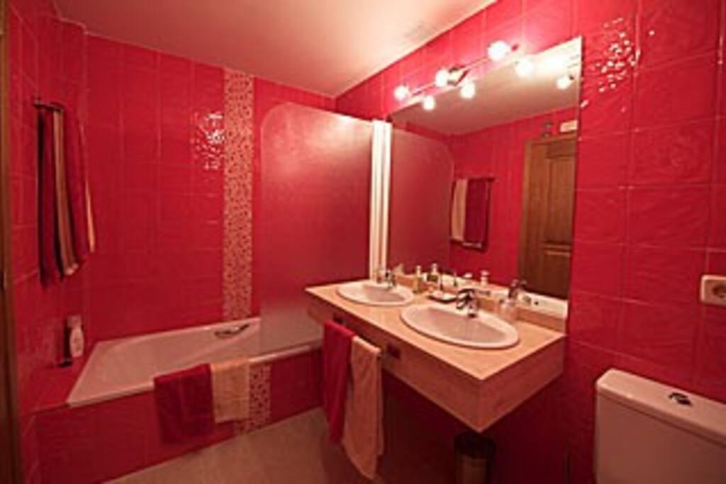 El color rojo del baño, adecuado al área de la casa que ocupa.