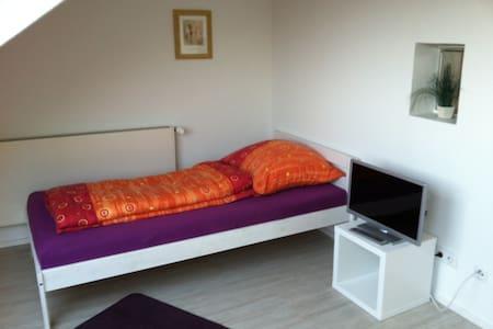 Schönes Zimmer mit Albblick - Nürtingen - Casa