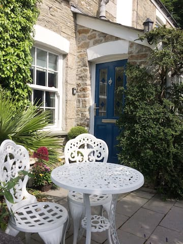 Welcoming cottage entrance with sunny front patio for sundowners!
