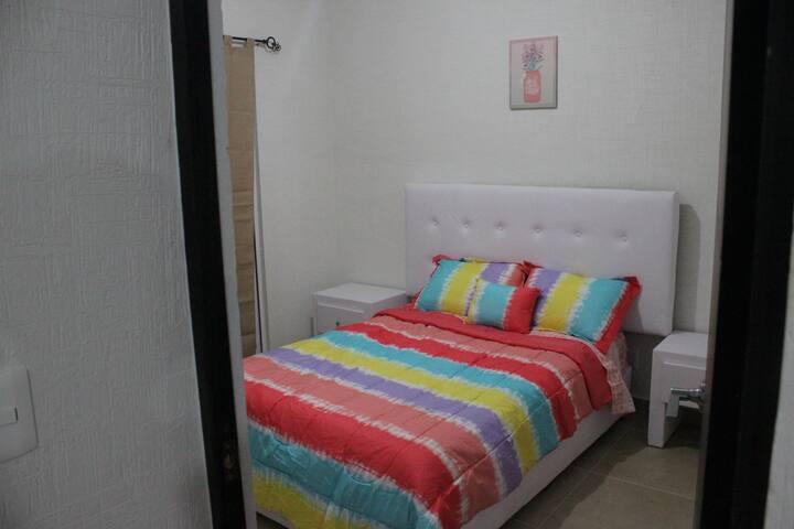 Este cuarto también cuenta con una cama matrimonial.
