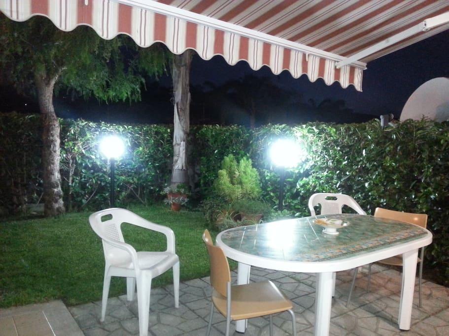 giardinetto della casa di notte