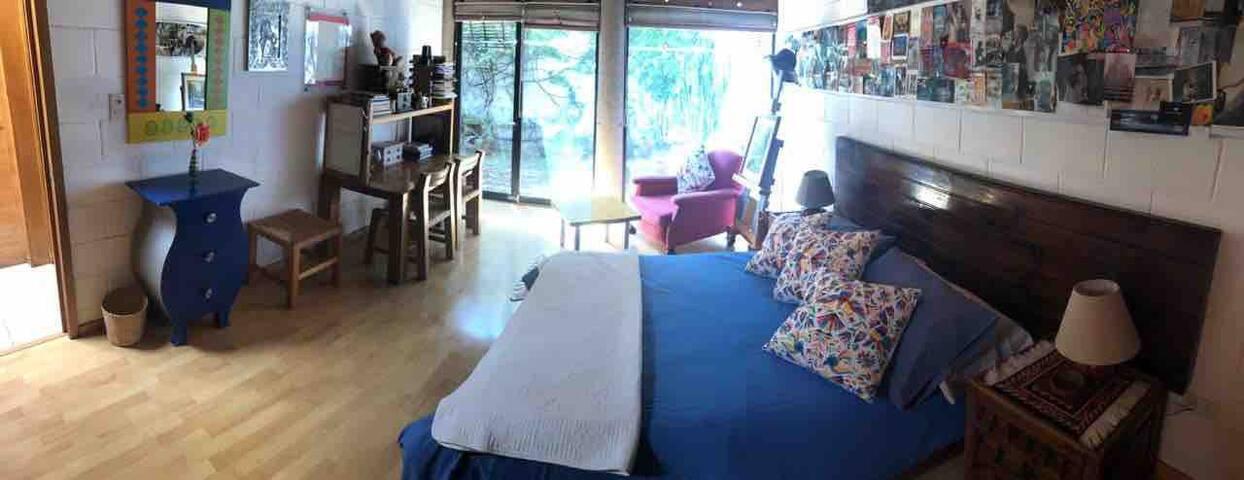 Agradable habitación privada junto a patio