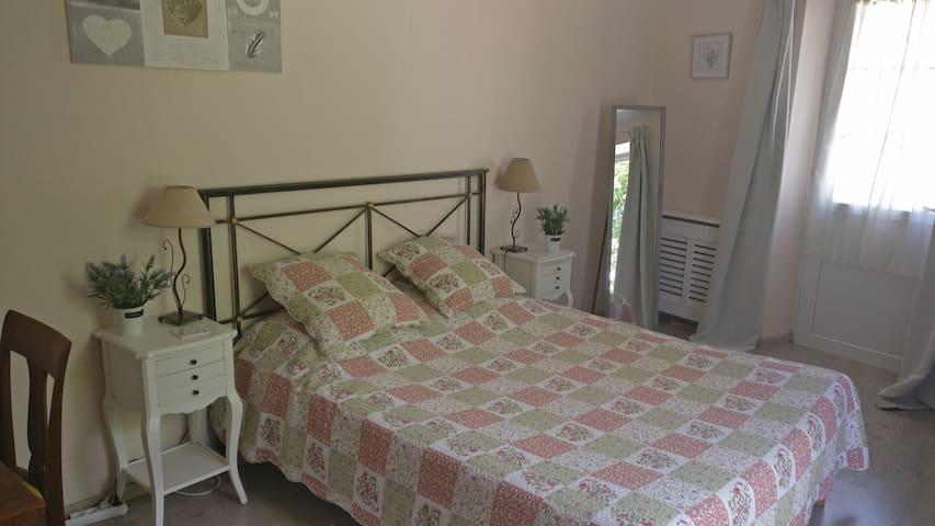 Chambre double très spacieuse, confortable et lumineuse.