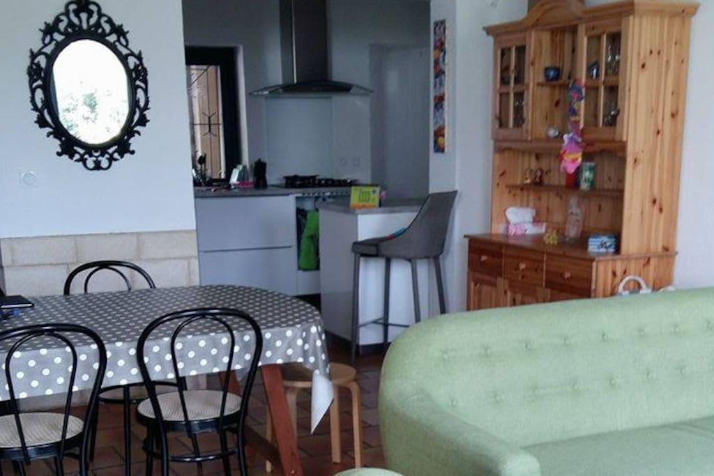 Du salon, vue sur la cuisine