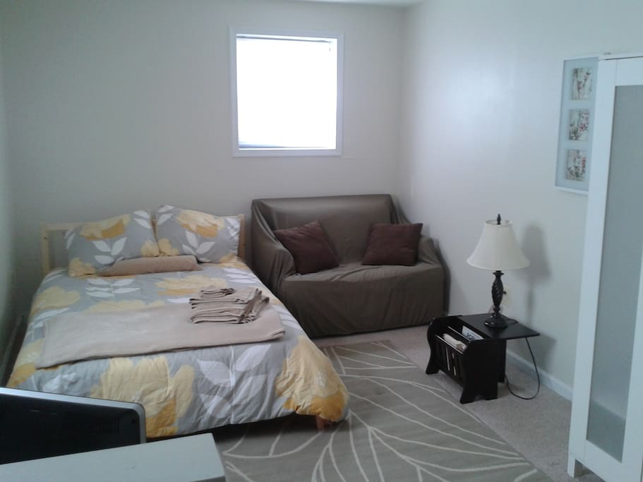 Full-size bed, wardrobe, comes with cable TV and with wi-fi enabled!  Two windows bring in gentle light.