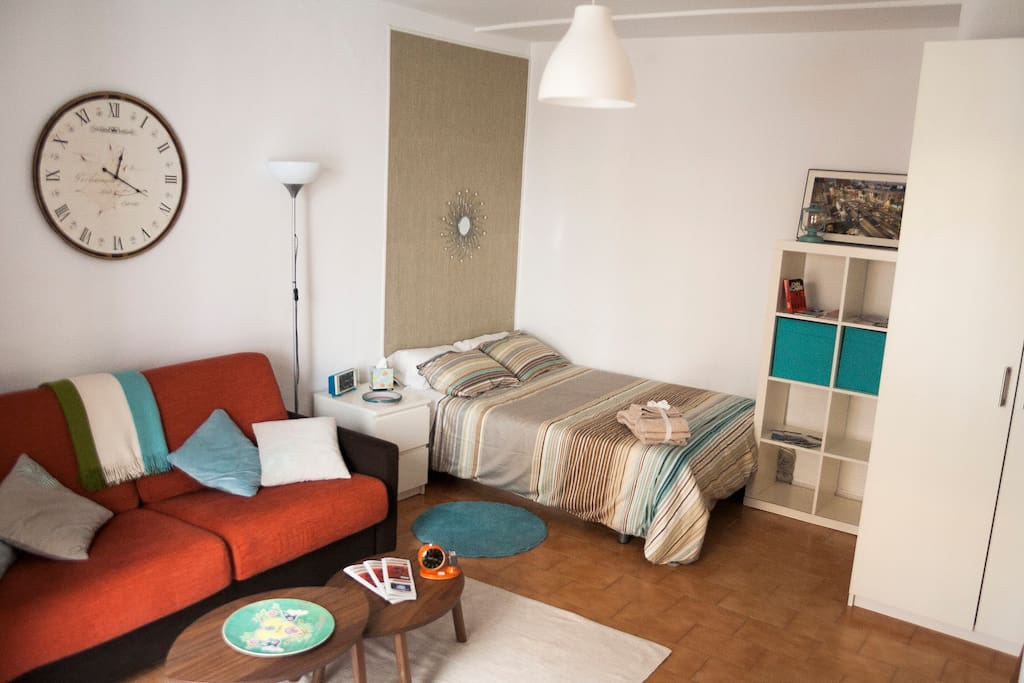 An Stylish studio room, cosy and spacious. Salón abierto a la zona de dormir.