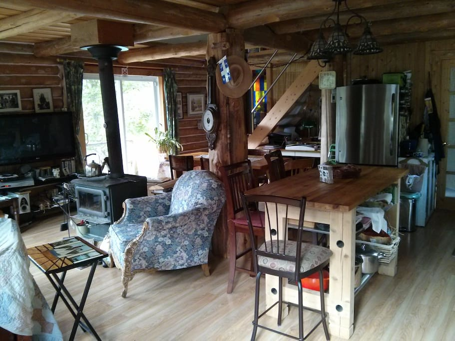 Entrée Cuisine avec îlot artisanal et appareils modernes