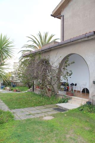 CASA CON GIARDINO INDIPENDENTE  - Capoterra - Dům