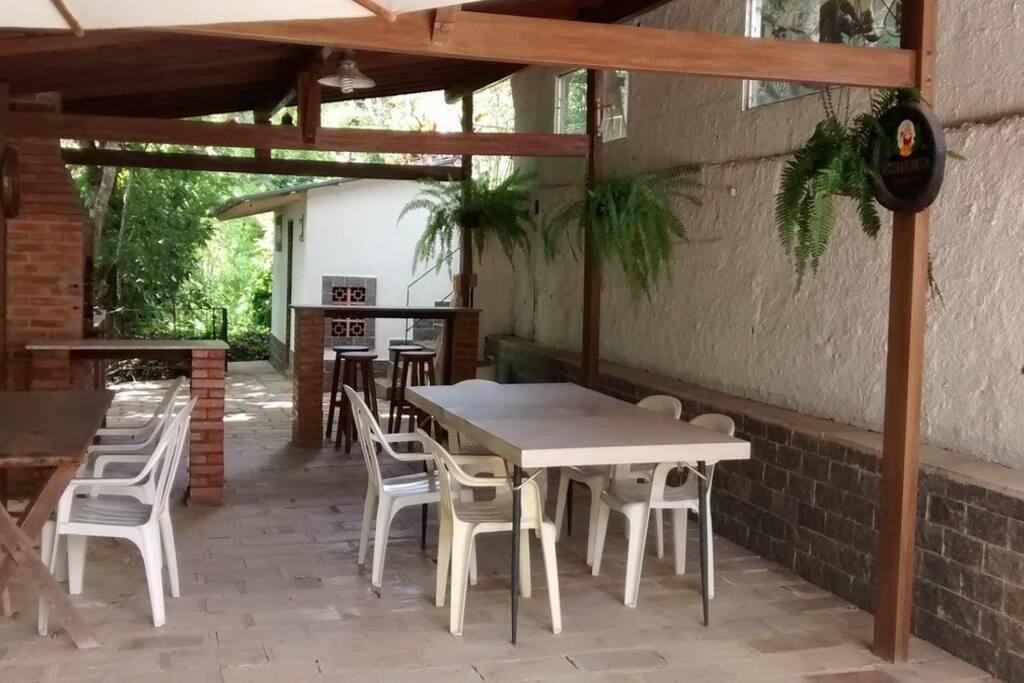 Área da churrasqueira, com mesas.