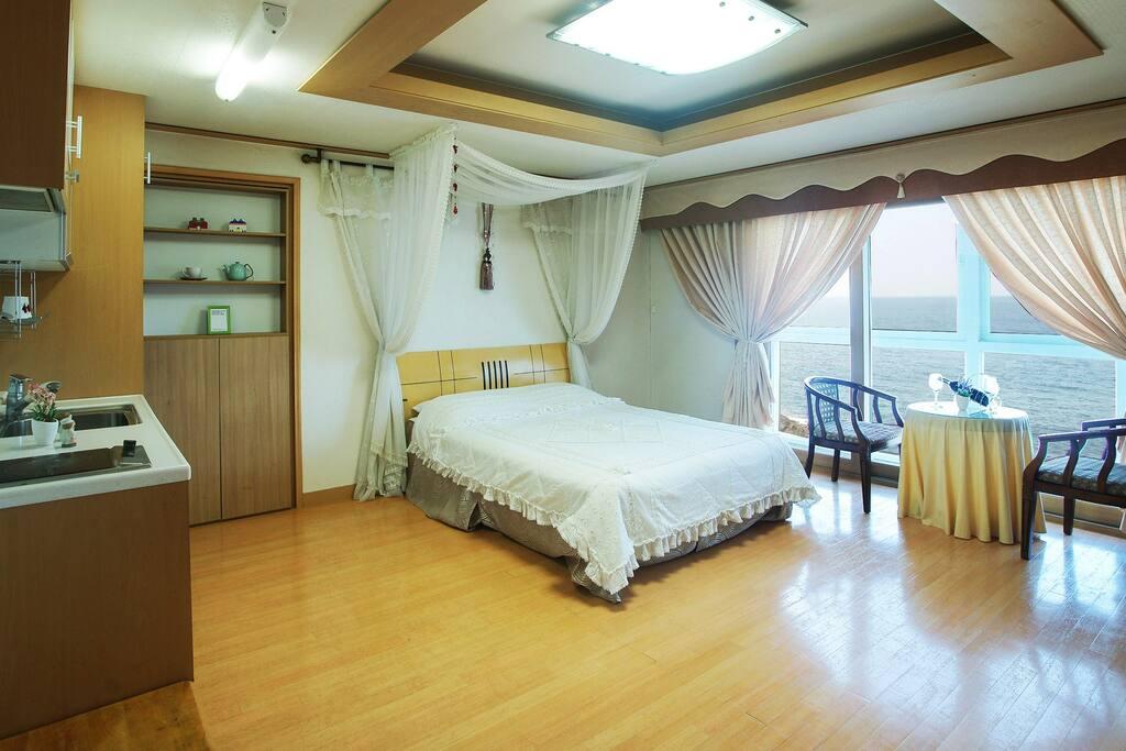 침실2: 커플룸 (2인실, 2인 추가 가능)