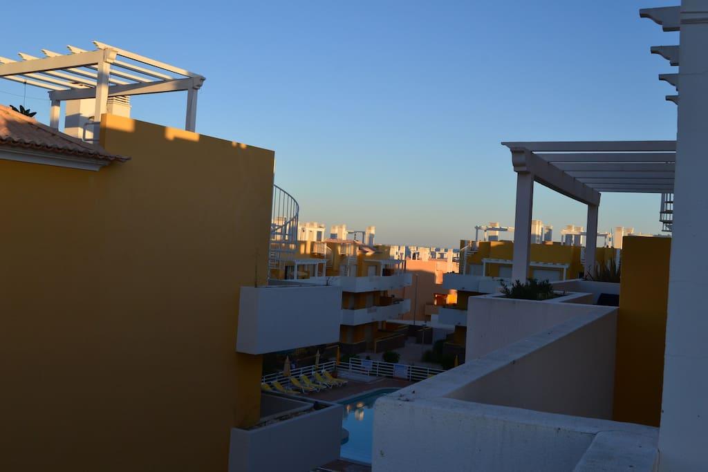 Vistas de la terraza hacia la piscina
