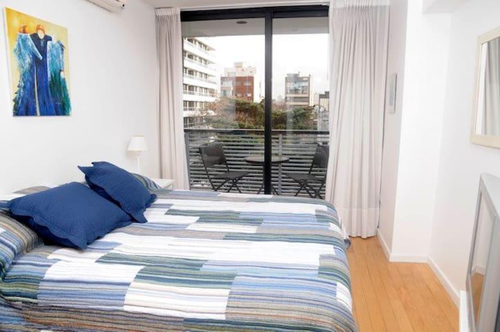 Dormitorio con salida al balcon