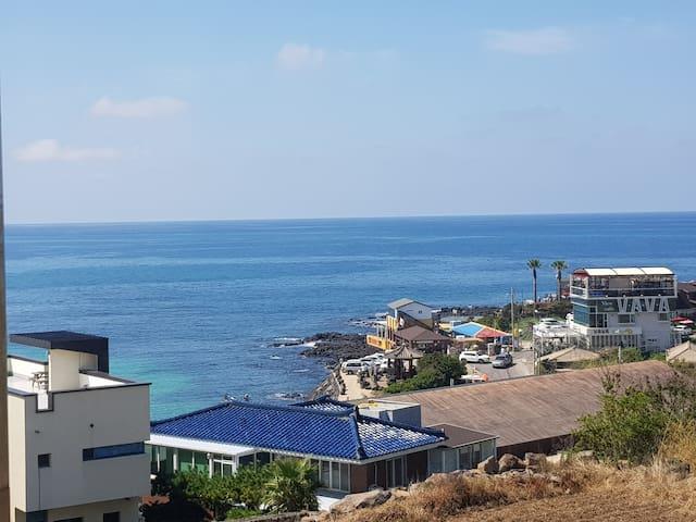 무보정 바다색 입니다 한담해변의 아름다운 오션뷰를 감상하실수 있는 객실입니다 날씨에따라 파란색과 초록색 흐릴때는 회색 이렇게 바다색이 신비롭게 변합니다
