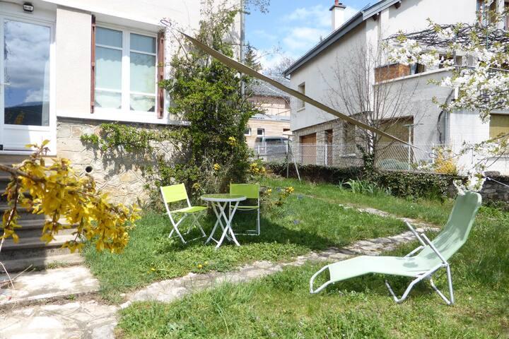 Charmant deux pièces plein sud avec jardin.