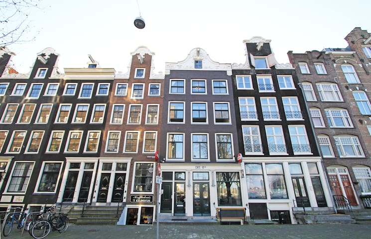 Large 3 bedroom apartment surrounde