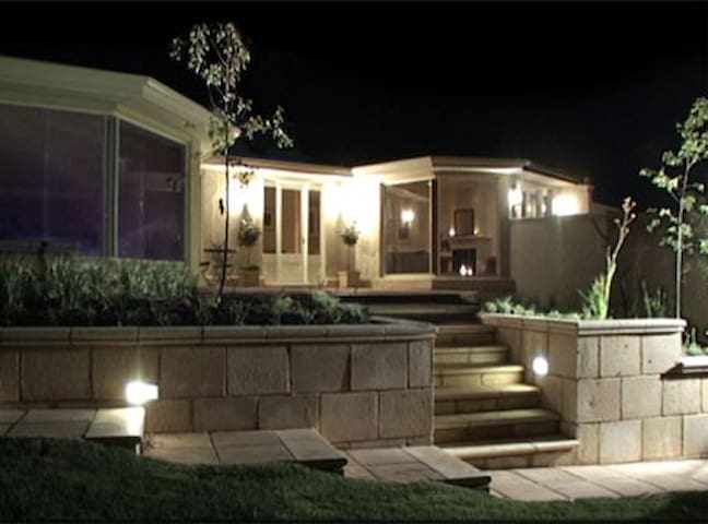 Unwind @Adelaide Hills B&B Retreat w Swimming Pool - Stirling - Bed & Breakfast