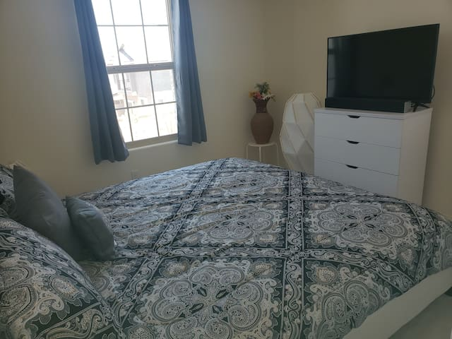 ***GUEST ROOM...quiet, peaceful, king size bed***