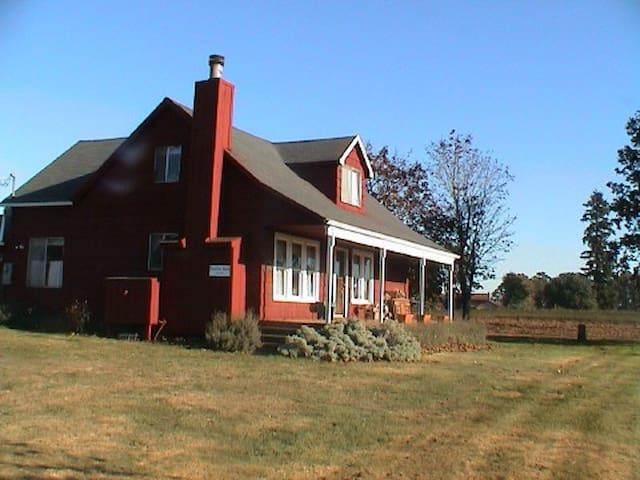Stylish Sauvie Island Farmhouse - Portland - House