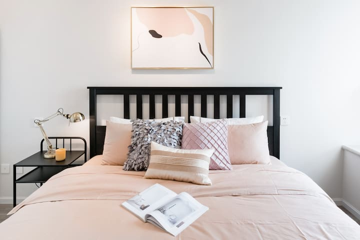 乳胶床垫非常舒适,精选高支棉床品,五星级酒店同款枕芯,给您带来无忧的睡眠体验
