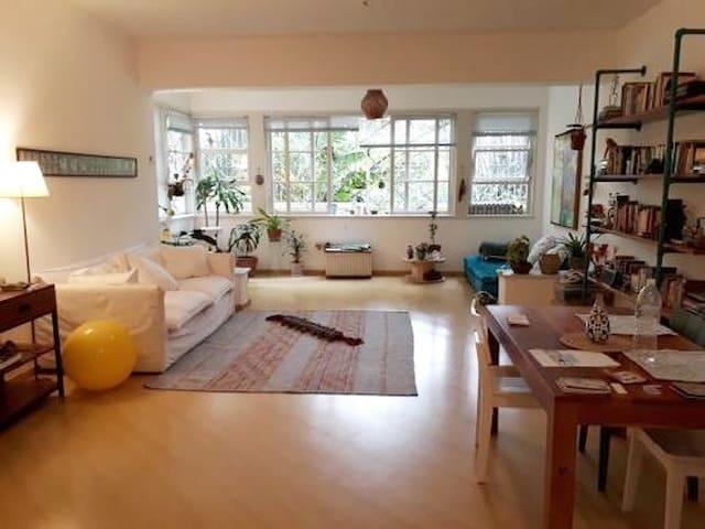Apartamento amplo e claro com paisagem verde