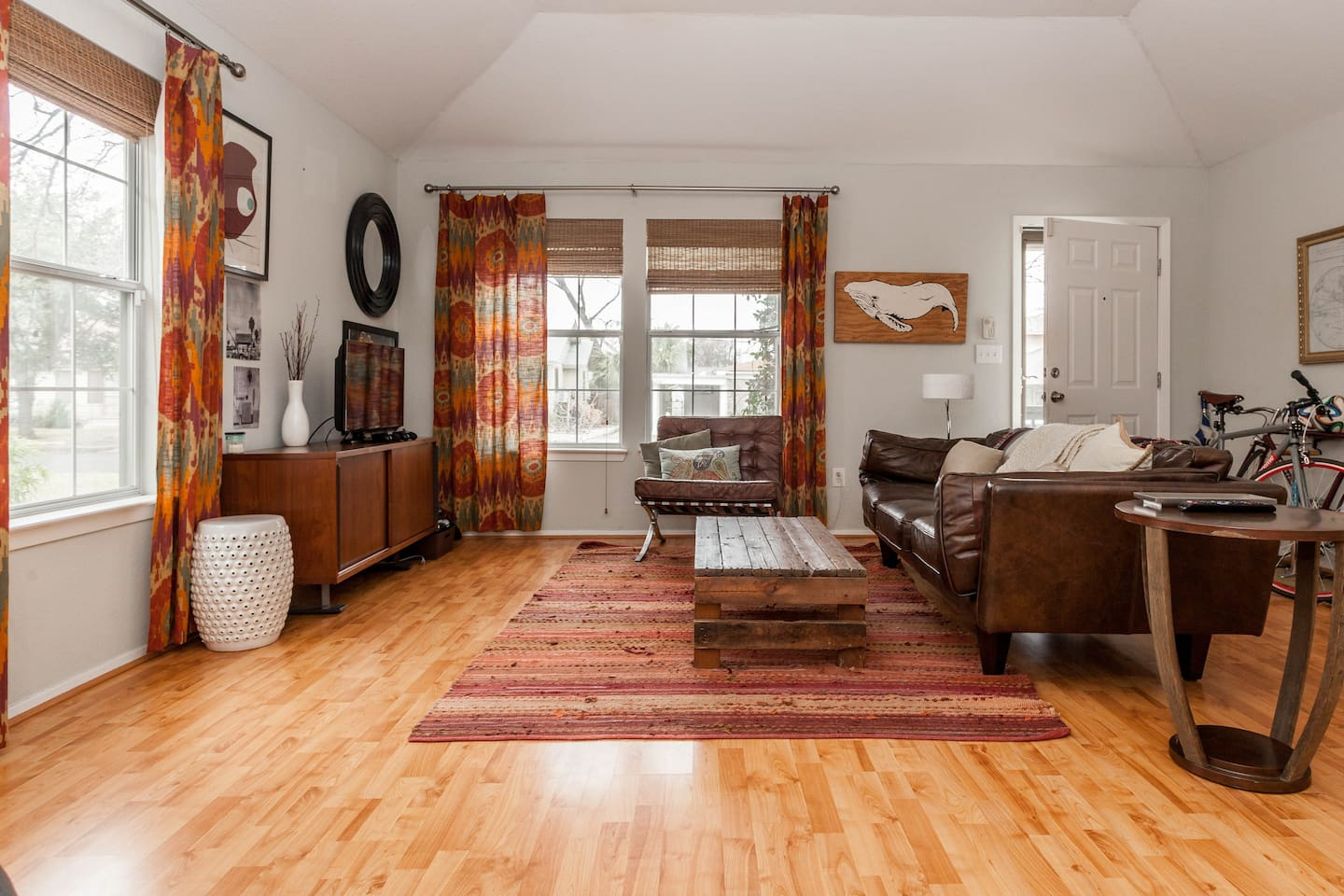 Enjoy your time spent inside. The whole living room and kitchen space is well lit and well windowed, so even when you're not outside, you can enjoy the beautiful Austin weather. In the rare case of bad weather, the rental includes smart TV w/ cable, Netfl