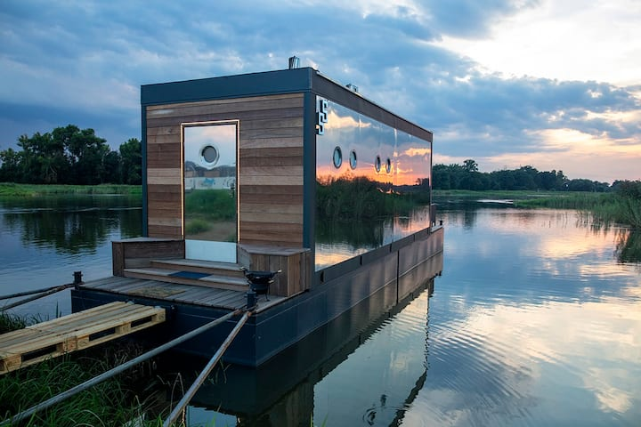 Lovely FLOATING HOUSE an the edge of artsy Village