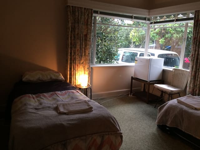 Cosy, sunny, 50's house Front bedroom - Brighton East - Hus