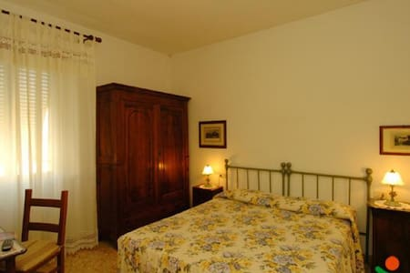 ROOMS in Saturnia historical center - Saturnia - House
