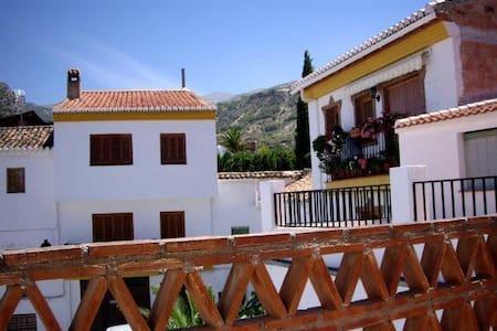 Mooie dorpswoning met 3 etages - Nigüelas