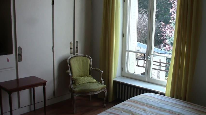 CHAMBRE SUR JARDIN DANS MAISON DE VILLE - Bourg-la-Reine - Casa