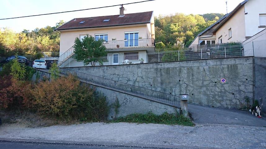 """Studio """"DouKine"""" dans maison proche de Besançon."""