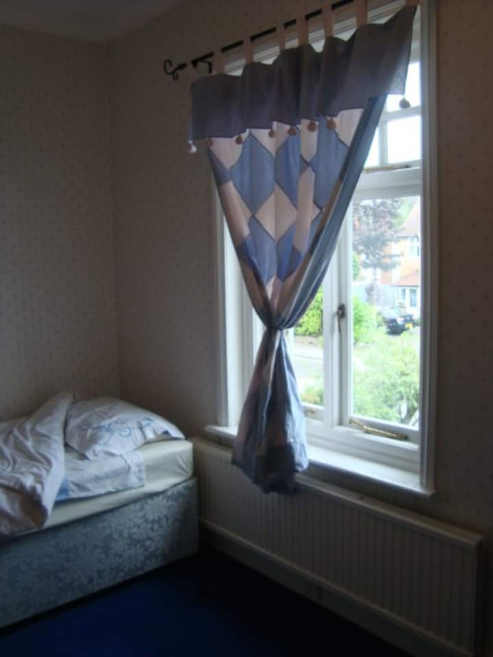 Single Room with single bed in Comfy Home