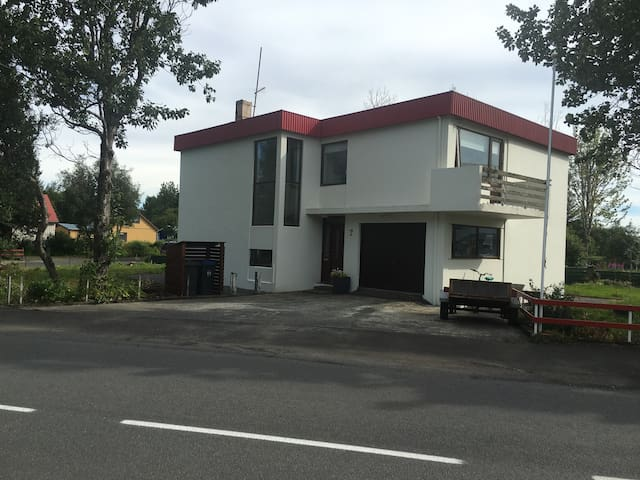 Recently renovated modern riverside home, Room 1 - Selfoss - Gästhus
