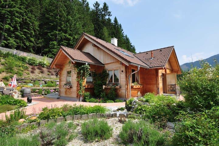 Chalet authentique avec jardin, entouré par la nature et situé au calme.