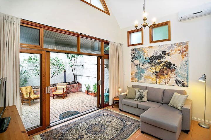 Stunning Modern & Private 2 Level Retreat ANDLE - Annandale - Lejlighed
