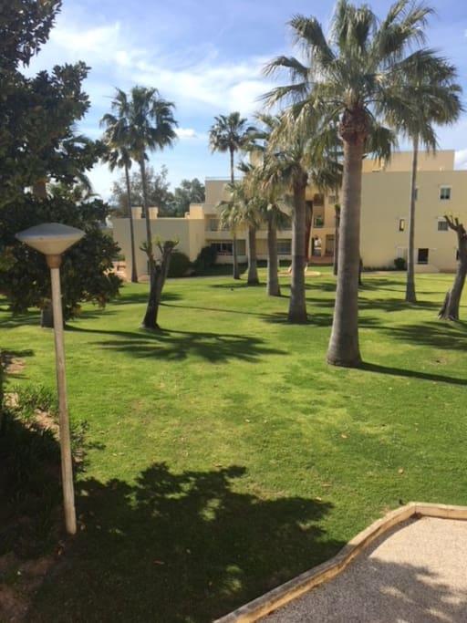 Vista do jardim do condomínio