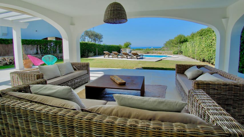Villa with sea view, private pool & beach close by