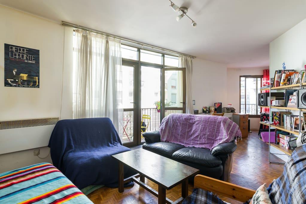 Le salon : vue du canapé sur le coin salon