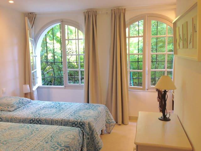 chambre équipée de deux lits très confortables de 90 cms