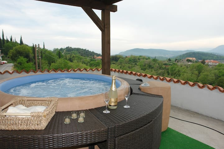 Rilovic - Two bedroom house with pool & Jacuzzi