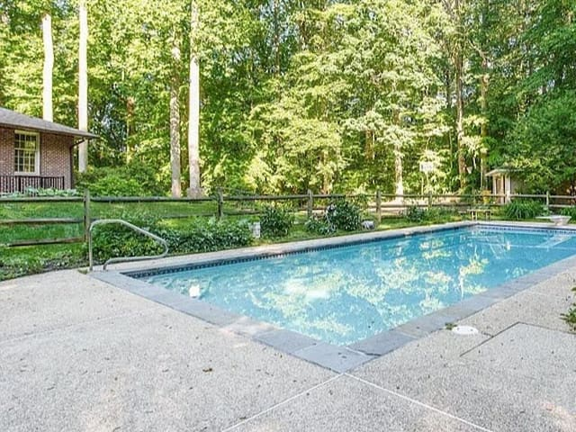 Close to Annapolis  2 bed and POOL