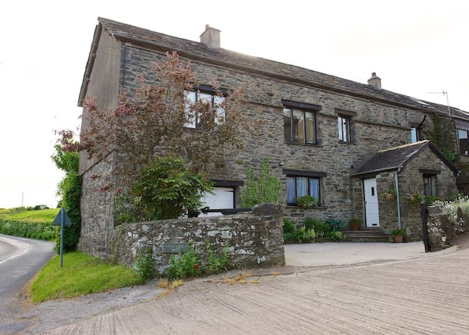 B&B set on a Lakeland working farm - In Underbarrow - Bed & Breakfast