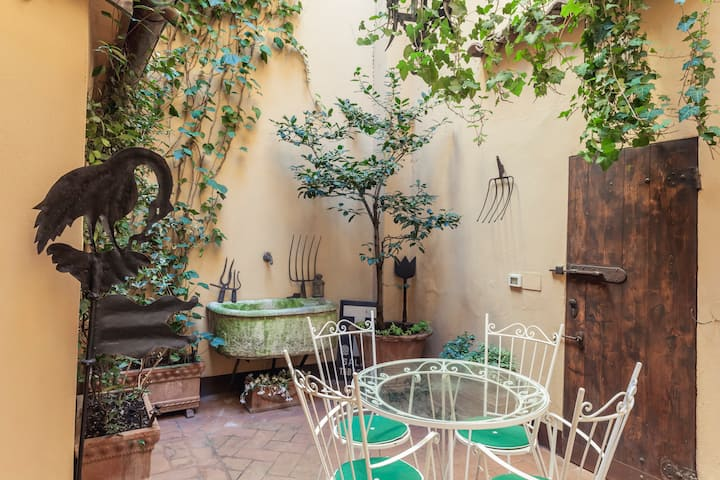 Secret courtyard in Bologna's center